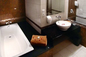 sukajadi hotel-honeymoon-bathroom